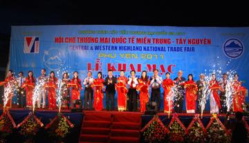 Lãnh đạo Bộ Công Thương, Tổng cục Du lịch và tỉnh Phú Yên cắt băng khai mạc hội chợ thương mại quốc tế miền Trung - Tây Nguyên tại Phú Yên 2011