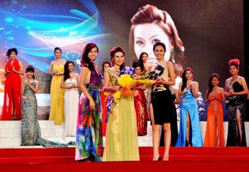Đoàn Kiều My - Người đẹp gốc Phú Yên đoạt giải Miss cuộc thi Miss Auto Việt Nam 2011 (Ảnh: Đoàn Hoài Trung)