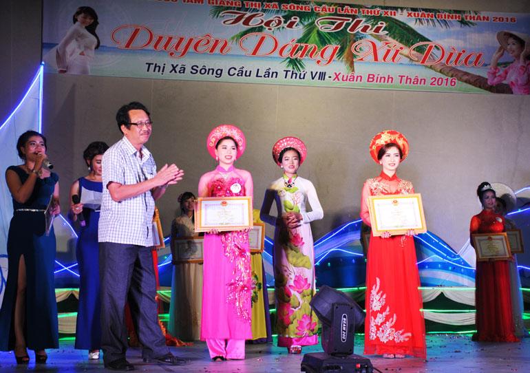 Đồng chí Đặng Cao Khải, Tỉnh ủy viên, Phó Bí thư Thường trực Thị ủy Sông Cầu trao hai giải nhì đồng hạng cho Đỗ Thị Bích Phương và Lê Hoài Vin.