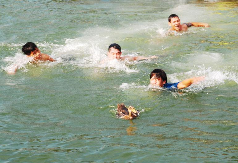 Lội bơi bắt vịt là môn hào hứng nhất, thu hút đông đảo người cùng nhảy xuống sông lội theo bắt vịt
