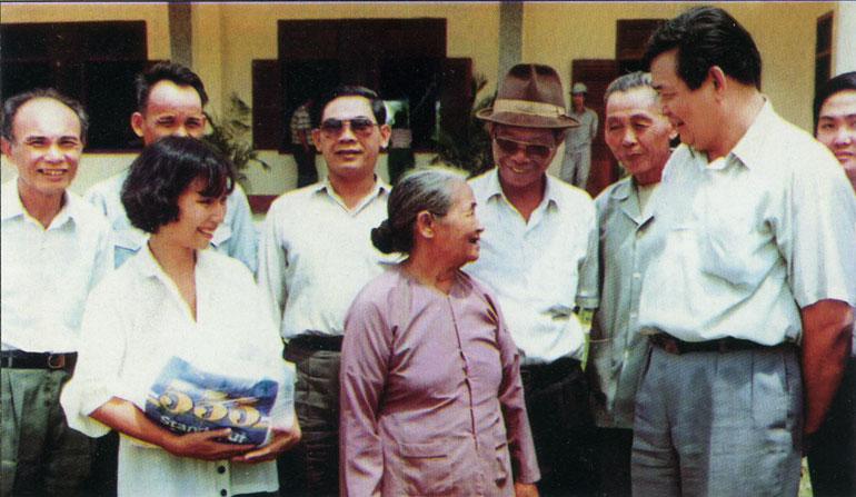 Đồng chí Nguyễn Duy Luân thăm cơ sở cách mạng ở xã Hòa Thịnh nhân Ngày Thương binh liệt sĩ (1992) - Ảnh: Tư liệu