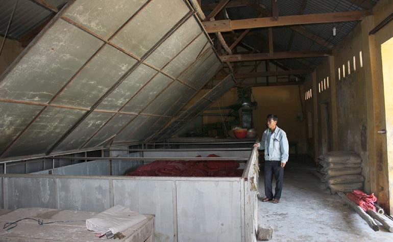 Kho bảo quản lúa của HTX Hòa Quang Nam đã xuống cấp, HTX không biết khi nào nâng cấp được khi mà nguồn vốn theo Quyết định 2261 không có, còn vốn nông thôn mới thì chưa biết có được duyệt không - Ảnh: MINH DUYÊN
