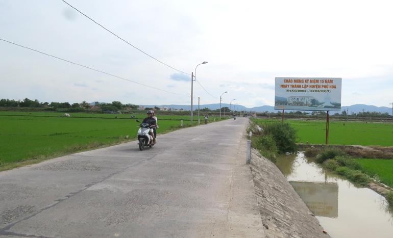 Xây dựng nông thôn mới tại huyện Phú Hòa: Phấn đấu đạt các tiêu chí không giữ vững