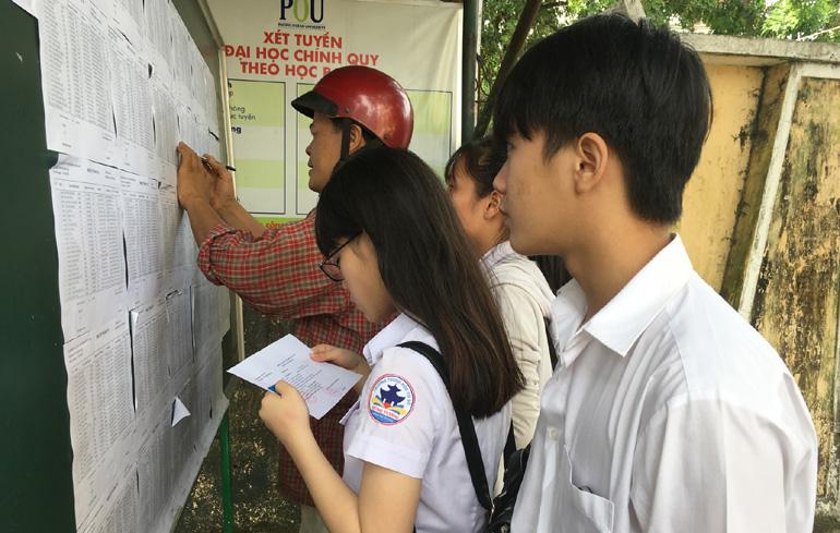 Kết quả hình ảnh cho Các bạn học sinh lớp 12 đang gấp rút hoàn thiện hồ sơ đăng ký tuyển sinh của các trường