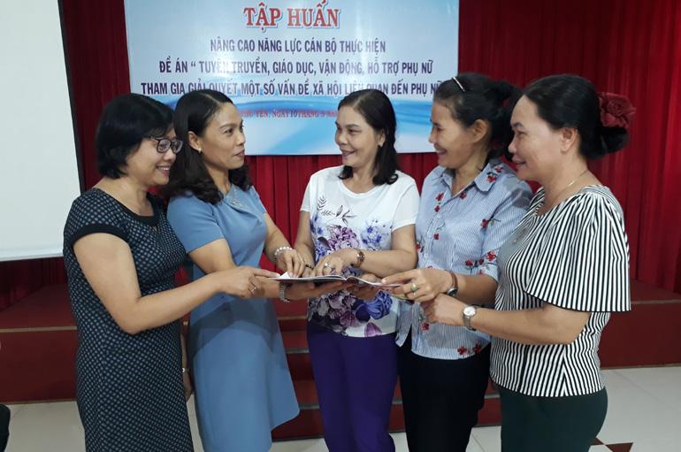 Giúp phụ nữ giải quyết các vấn đề xã hội