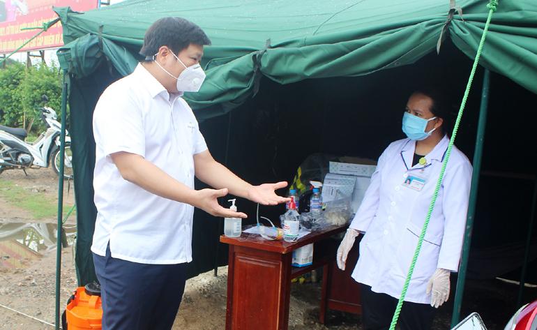 Chủ tịch UBND TP Tuy Hòa Cao Đình Huy trao đổi với nhân viên y tế tại chốt kiểm soát phòng, chống dịch COVID-19. Ảnh: NHƯ THANH