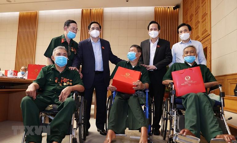 Thủ tướng Phạm Minh Chính gặp mặt, tri ân đại biểu Người có công với cách mạng. Ảnh: TTXVN