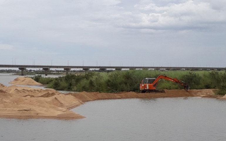 Công ty CP Cấp thoát nước Phú Yên đang tạo đập dâng ngăn dòng phía hạ lưu công trình thu để hạn chế thủy triều xâm nhập và lưu trữ nước ngọt. Ảnh: CTV