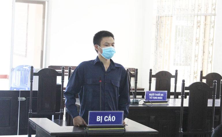 Bị cáo Nguyễn Tấn Thạch nghe tòa tuyên án. Ảnh: LỆ VĂN