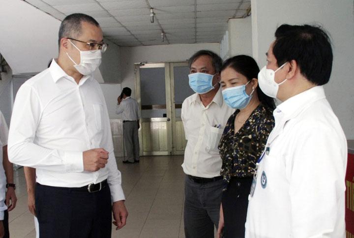 Bí thư Tỉnh ủy Phú Yên Phạm Đại Dương đi kiểm tra công tác tiêm vắc xin phòng COVID-19 tại Bệnh viện Đa khoa Phú Yên - ẢNH: TRẦN QUỚI
