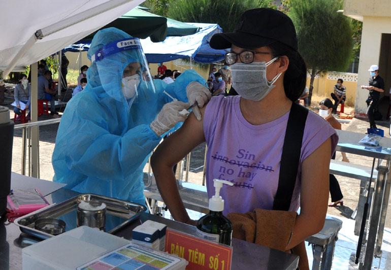 Nhân viên y tế tiêm vắc xin phòng COVID-19 cho người dân địa phương. Ảnh: LẠC VIỆT