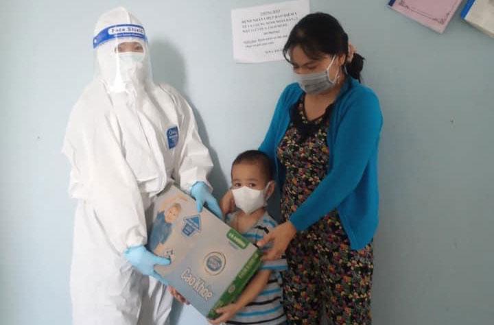 Trẻ em đang cách ly y tế tập trung nhận quà. Ảnh: CTV